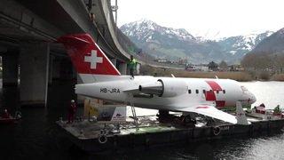 Lucerne: un avion ambulance de la Rega est placé sur un ferry pour être transporté jusqu'au musée