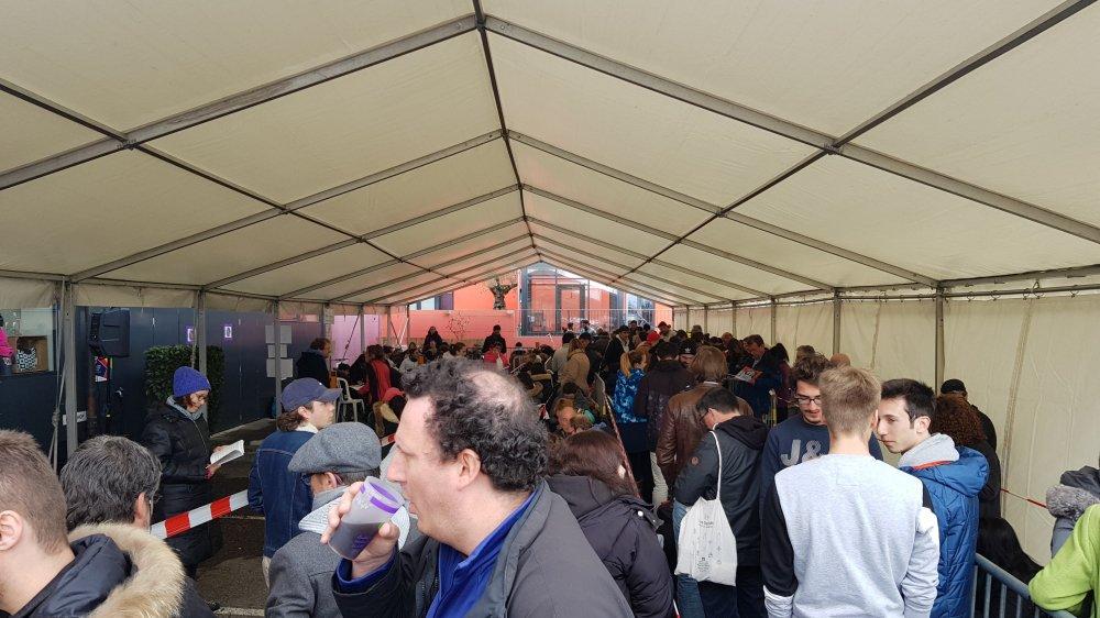 Près de 300 festivaliers ont fait la queue devant la billetterie de Paléo pour obtenir le précieux sésame.