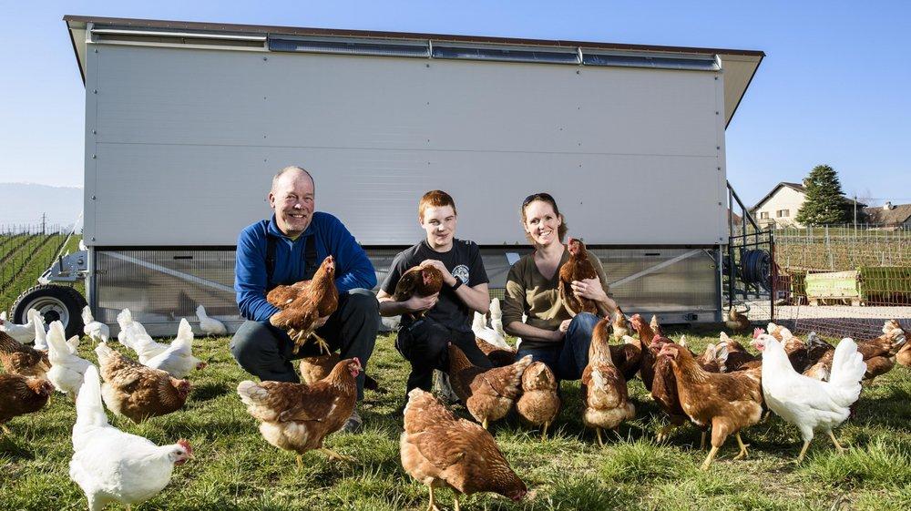 A Eysins, Jacques et Annie Olivier, avec leur fils Emile, s'occupent de la meilleure façon possible de leurs poules.