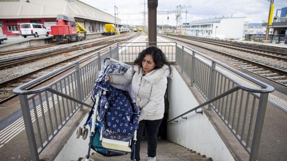 Monter les escaliers menant aux quais (ici à Saint-Prex), un défi pour de nombreux parents.
