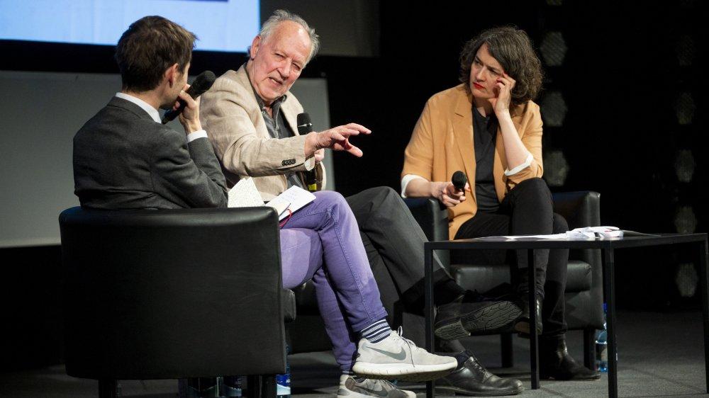 Werner Herzog, sur la scène de Marens, entouré du cinéaste Lionel Baier et de la directrice du festival Emilie Bujès.