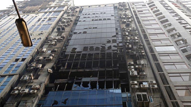 Dans la panique, des personnes ont essayé de s'échapper par la façade extérieure, au moins six d'entre elles se sont tuées en tombant.