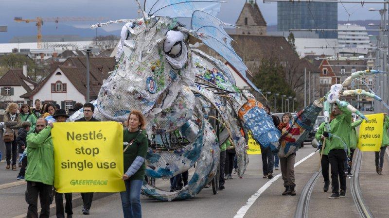 Des activistes de Greenpeace ont déjà manifesté contre l'utilisation de plastique de Nestlé dimanche passé à Bâle.
