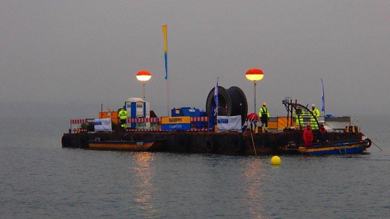 Une journée de navigation lente pour immerger un câble entre Nyon et Anières