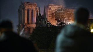 Sous les flammes de Notre Dame, des chants et des larmes