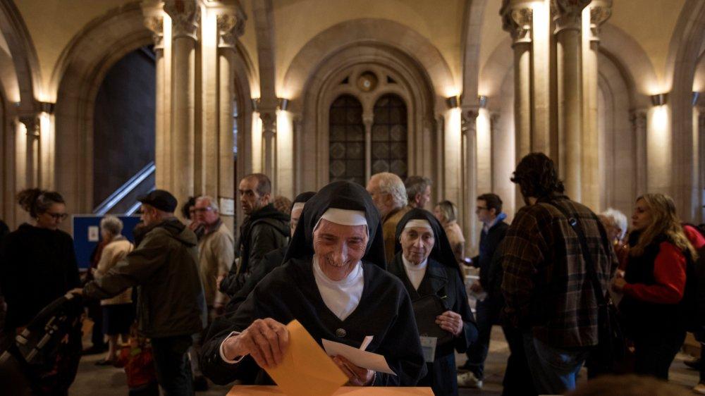 Hier, cette religieuse s'est rendue aux urnes à Barcelone, comme des milliers d'autres Espagnols  à travers le pays.