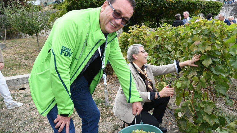 Hugues Rubattel, ici en train de vendanger la Vigne du district avec la conseillère d'Etat Béatrice Métraux, est à la tête du service des Espaces verts nyonnais depuis 30 ans.