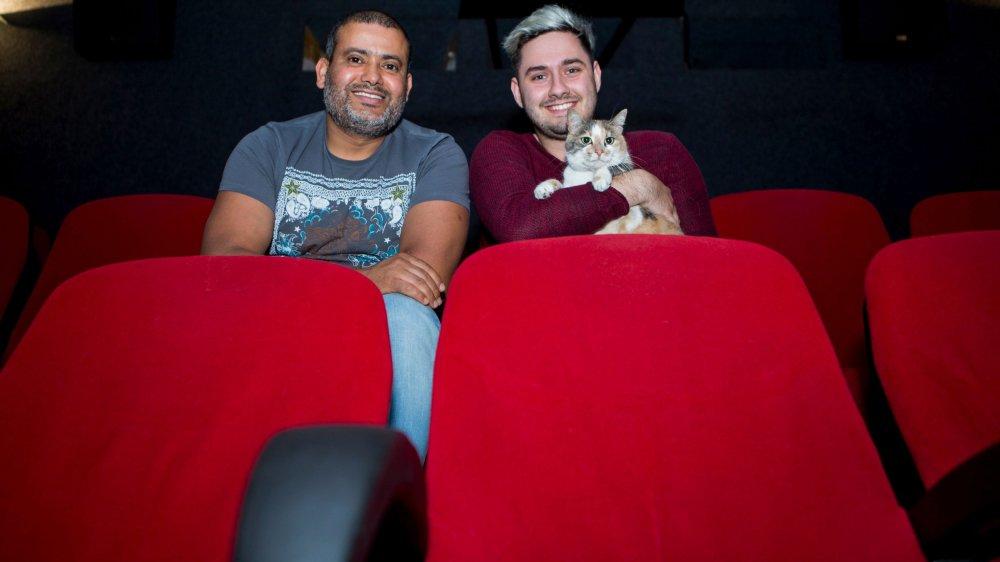 Adel Benfarhat, gérant du cinéma Le Capitole à Nyon et Niels Renard, responsable marketing, avec le chat Gribouille.