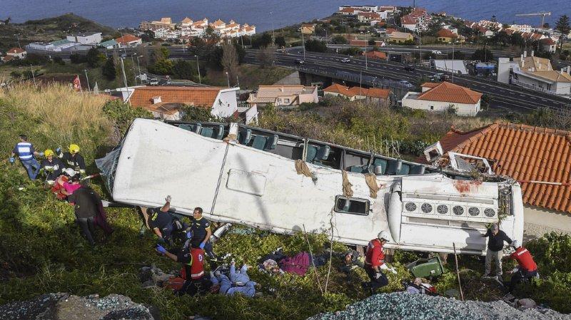 Le bus est finalement tombé sur une maison, sur l'île de Madère.