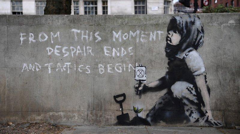 """Le sablier dans un cercle signifie que le temps presse pour sauver la planète. Il s'agit du symbole du mouvement """"Extinction Rebellion""""."""