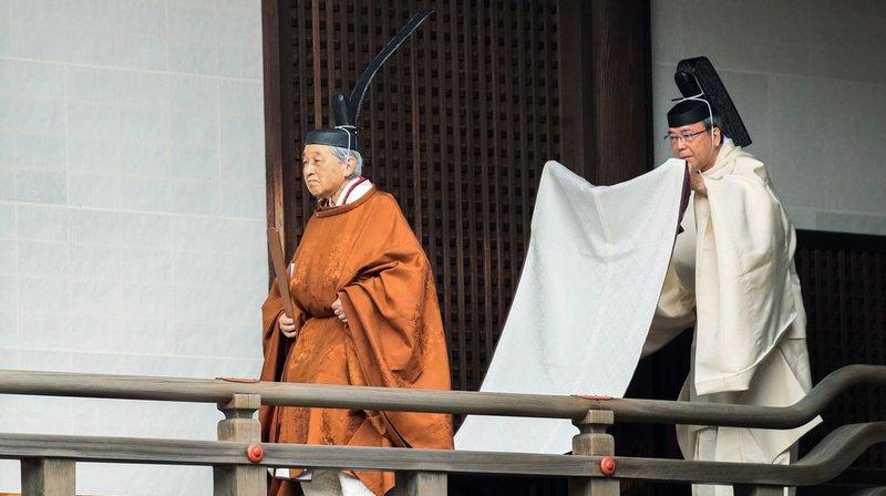 """L'empereur, vêtu d'une volumineuse chasuble de soie réservée au seul souverain, a """"annoncé"""" à ses ancêtres et aux dieux son renoncement."""