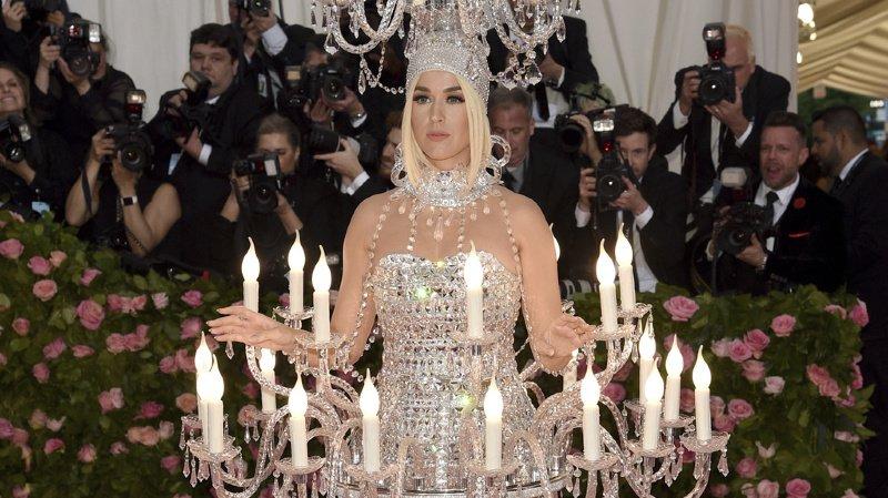 La chanteuse Katy Perry dans sa robe chandelier.