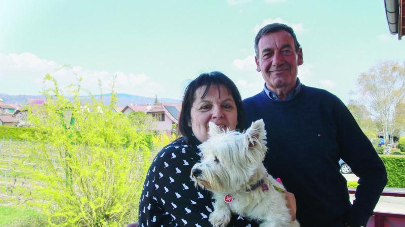 Viviane et Claude Pensalfini, avec leur chienne Flora, sur leur balcon glandois.