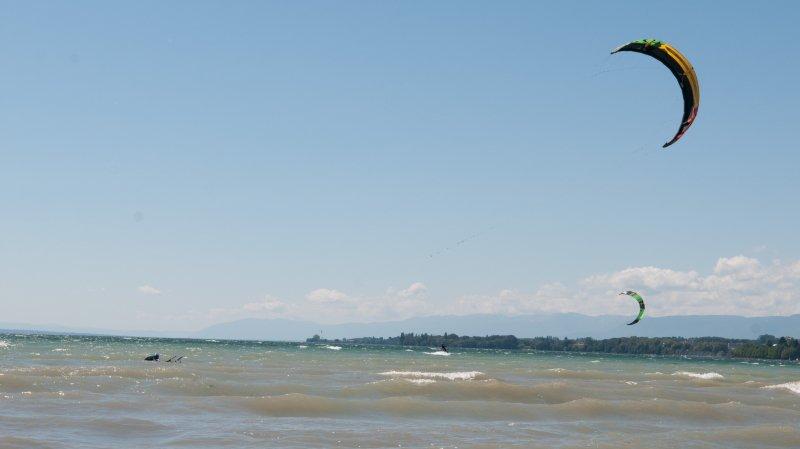 Après plus d'une heure sur le lac à rechercher vainement le kitesurfeur, le Sauvetage de Nyon n'a pu récupérer que la voile.
