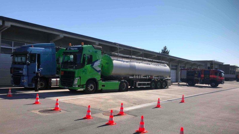 Le transfert du produit a été effectué en présence d'experts en chimie et sous la surveillance des pompiers.