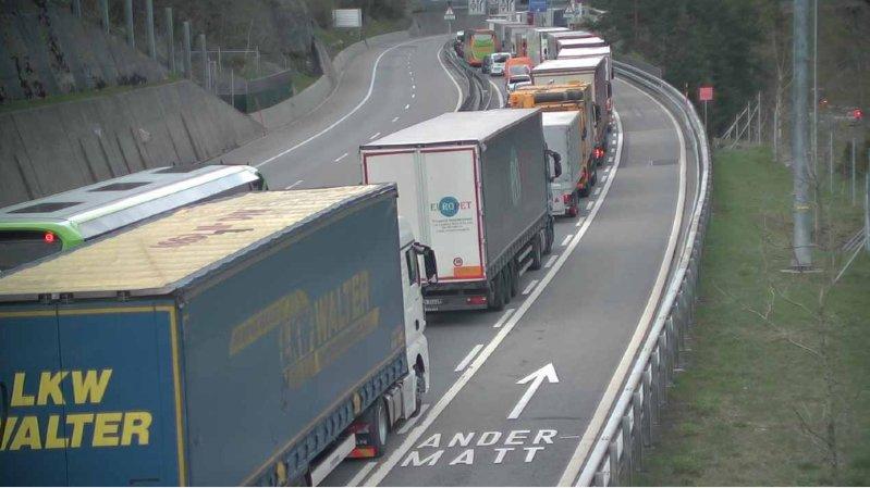 Tunnel du Gothard fermé dans les deux sens à cause d'un camion: le trafic est rétabli