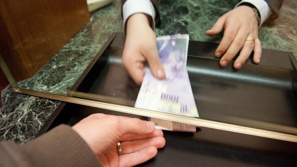 Tout retrait d'argent chez UBS, dès le 1erjuillet, sera taxé. D'autres banques ont aussi choisi de faire payer, désormais, ce qui était gratuit il y a peu.