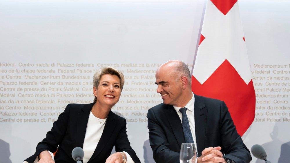 Karin Keller Sutter et Alain Berset, hier à Berne, ont présenté la série de mesures adoptées par le Conseil fédéral.