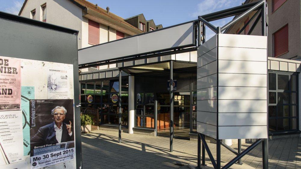 """L'entrée au 10 de la rue du Borgeaud a perdu son enseigne """"Centre commercial de Gland"""" depuis quatre ans déjà. Il devrait revivre prochainement avec l'arrivée d'un nouveau grand magasin."""