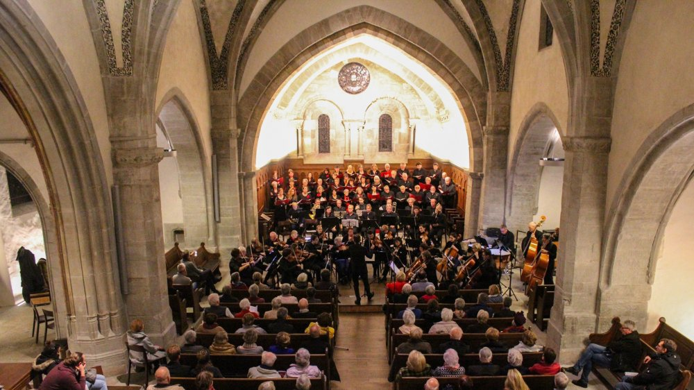 L'EVIR réunit une quarantaine de chanteurs et une trentaine de musiciens.