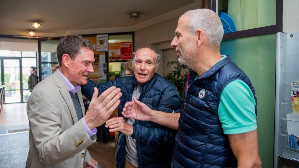 Le score précis n'est pas encore connu, mais la prédominance du «oui» est déjà annoncée. Olivier Binz, André Fischer et Jacques Auberson, du Comité62 se congratulent, unissant leurs trois mains, comme sur les armoiries de Prangins pour saluer cet acte de désunion de la Région de Nyon.