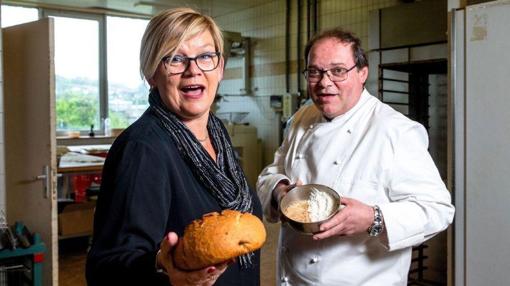 """Chez Deriaz à Préverenges, Michèle Mazzeo et Pascal Raballand présentent le """"pain du chef"""" fabriqué à partir des invendus réduits en panure."""