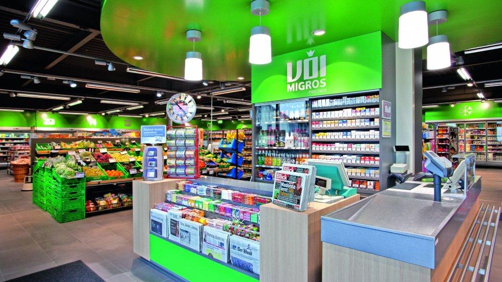 Hormis les produits Migros, les magasins VOI proposent un assortiment de kiosque et peuvent aussi vendre de l'alcool.