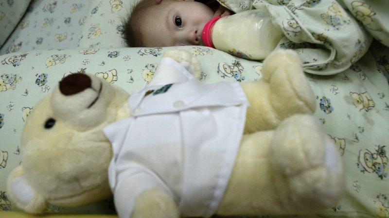 Le Conseil fédéral veut décharger les familles d'enfants gravement atteints dans leur santé (illustration).