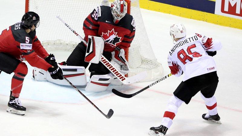 Sven Andrighetto devant la cage des Canadiens.