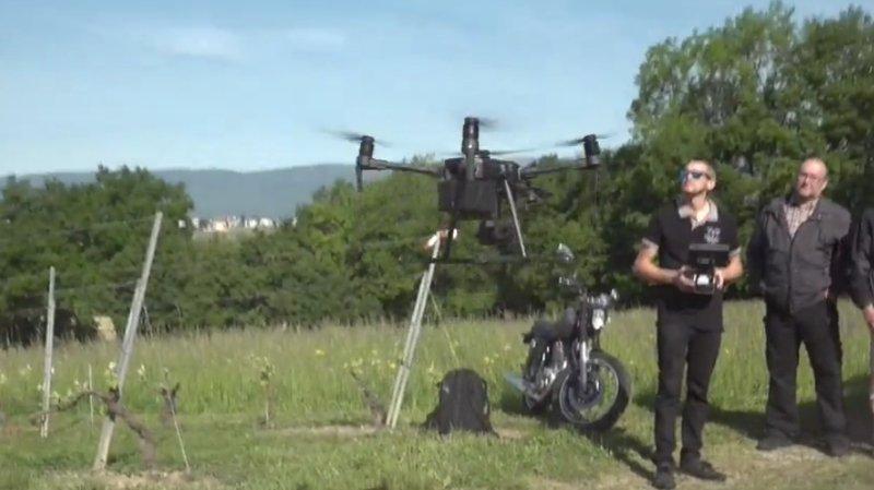 Les pilotes utilisent une application pour programmer le vol à l'avance, ce qui permet de quadriller davantage de parcelles.