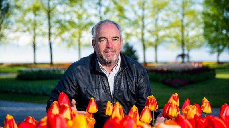 Stanley Mathey, ici dans les tulipes, dirige un domaine de 22 hectares, où la culture voisine de plus en plus avec la nature.