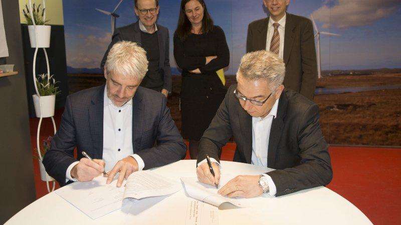Le président d'EnergieÔ Thierry Magnenat et le directeur Daniel Clément signent le contrat de subvention de l'Office fédéral de l'énergie.
