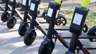 Bâle: deux trentenaires ivres en trottinette électrique coincés entre deux trams