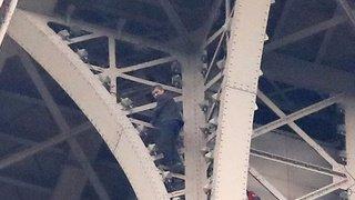 Un homme est resté accroché plus de six heures au sommet de la tour Eiffel, qui avait dû être évacuée
