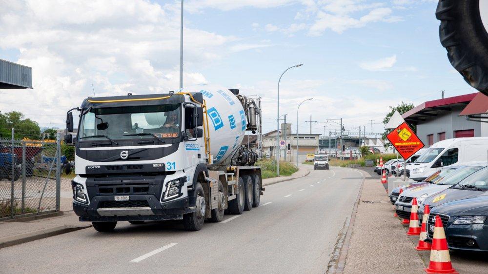 Lors du passage de camions et autres bus, la poussière dispersée sur la route est projetée sur les voitures et bateaux garés à proximité.