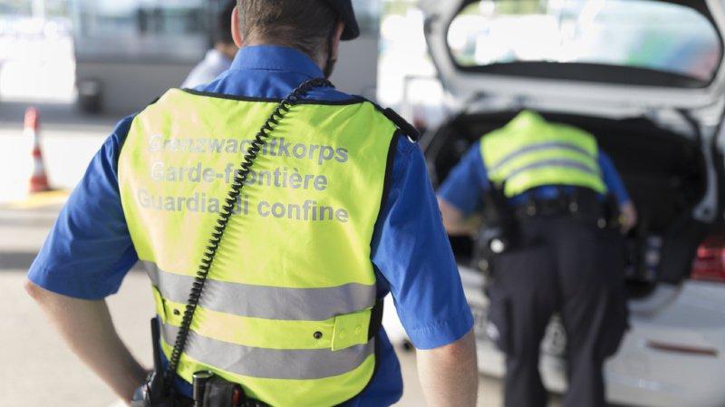 Les gardes-frontières ont trouvé près de 100'000 euros bien cachés dans la voiture du contrebandier (illustration).