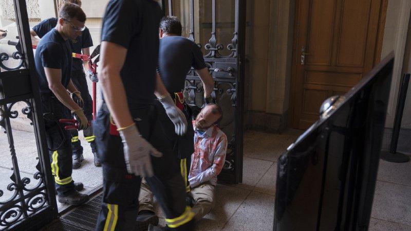Berne: trois militants pro-climat d'Extinction Rebellion s'enchaînent aux portes du Palais fédéral
