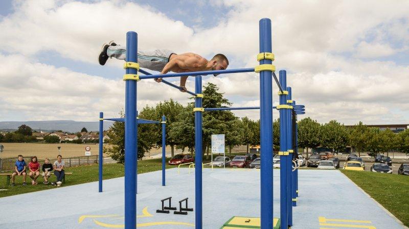 Les engins de street workout permettent notamment de faire de la musculation, comme ici à Etoy.