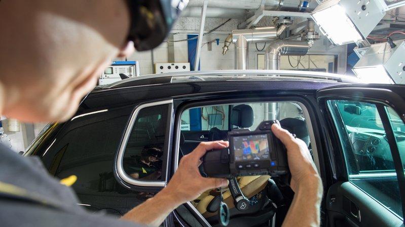 Des essais réalisés par le TCS montrent qu'après une heure d'exposition au soleil, la température est jusqu'à 20 degrés supérieure dans une voiture noire que dans un véhicule blanc.