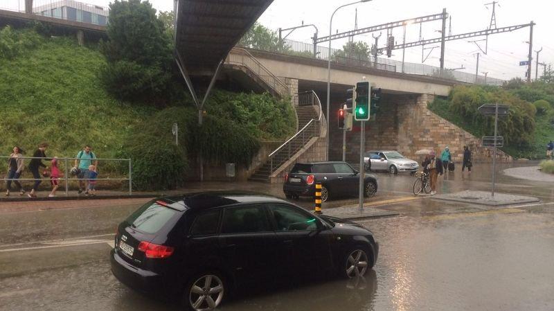 Des voitures bloquées par la pluie.