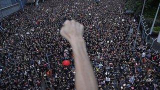 Hong Kong: des centaines de milliers de personnes dans la rue malgré le recul du gouvernement