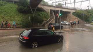 Nyon: des voitures restent bloquées à un rond-point à cause des pluies violentes