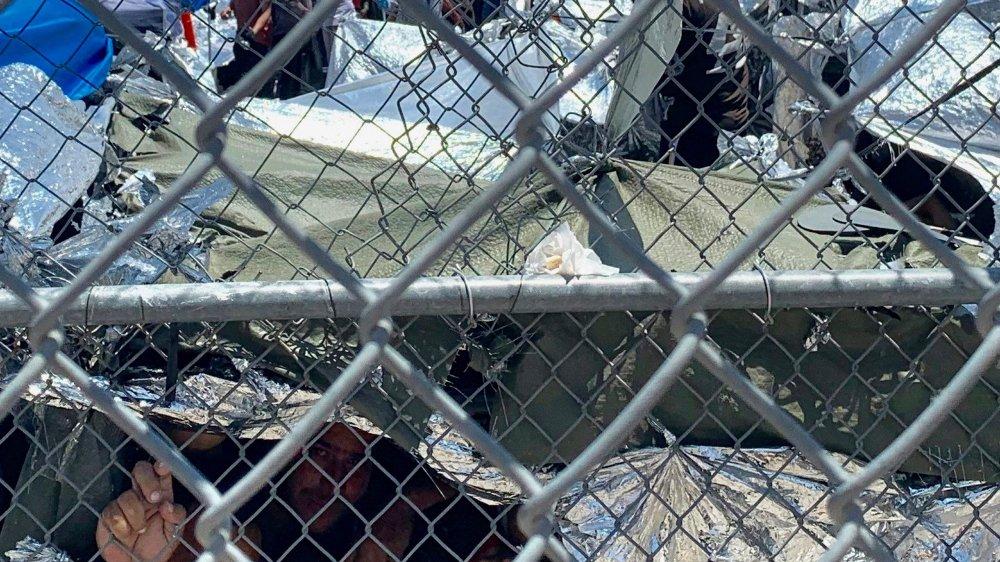 Ce 1erjuin, les gens s'entassaient dans des conditions épouvantables, à El Paso, au Texas, dans  un campement provisoire en attendant que leur cas soit traité par l'Administration américaine.