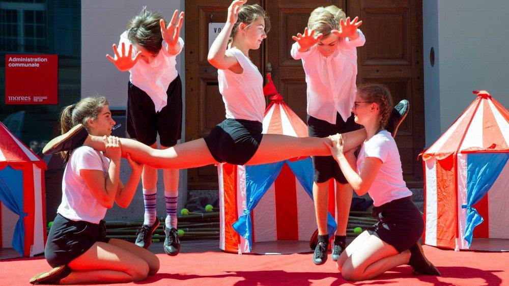La troupe de l'école de cirque Coquino parcourra une partie du district de Morges en calèche.