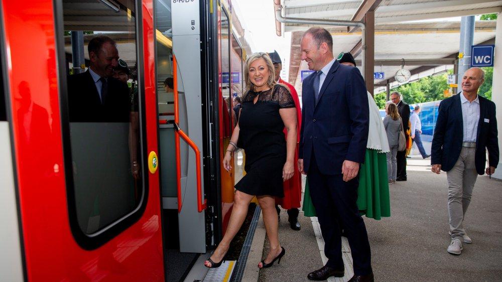 Nuria Gorrite, présidente du Conseil d'Etat vaudois et Serge Dal Busco conseiller d'Etat du canton de Genève lors de l'inauguration du train au quart d'heure à Versoix, il y a un peu plus d'une année.