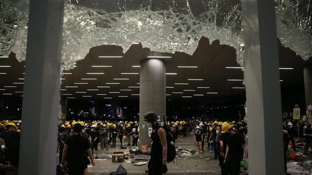 La police charge les opposants
