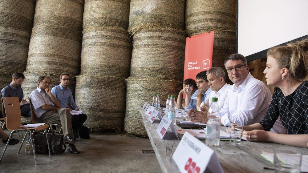 Les dirigeants du parti socialiste ont présenté, hier, leur «plan Marshall» pour la transition énergétique, dans une ferme entre des balles de foin...