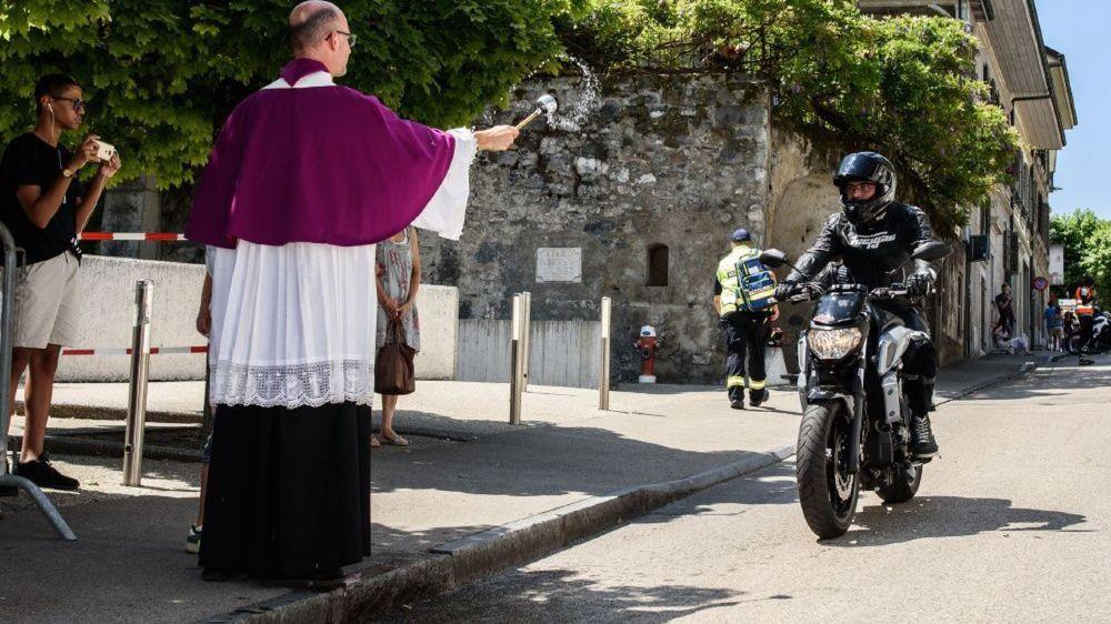 Après la cérémonie à l'église, le chanoine Alain Chardonnens a béni chaque moto, une à une.