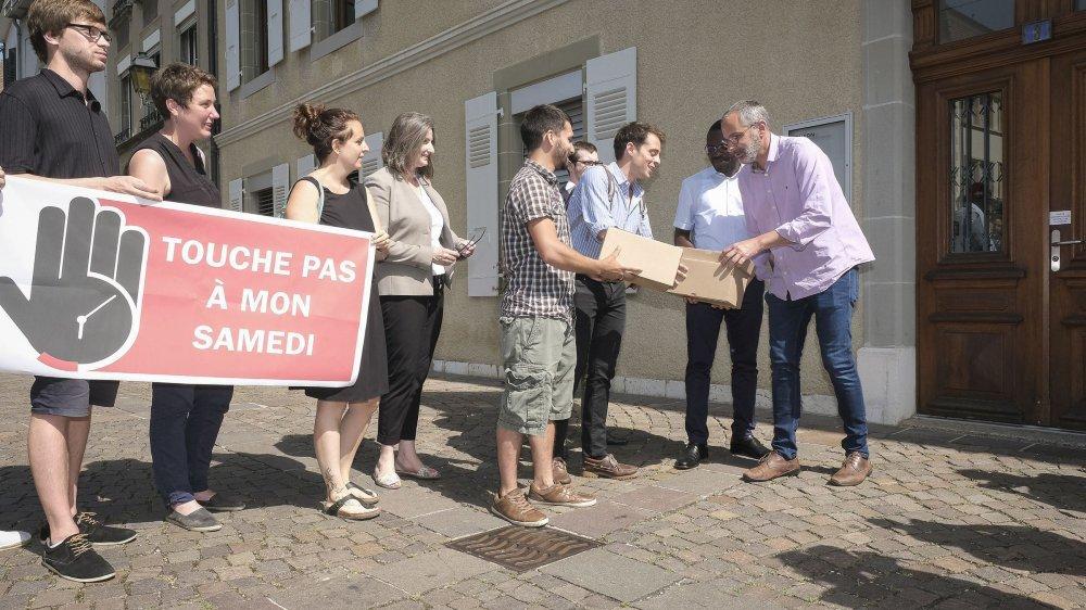 Le comité référendaire a remis les signatures au secrétaire municipal, Pierre-François Umiglia.