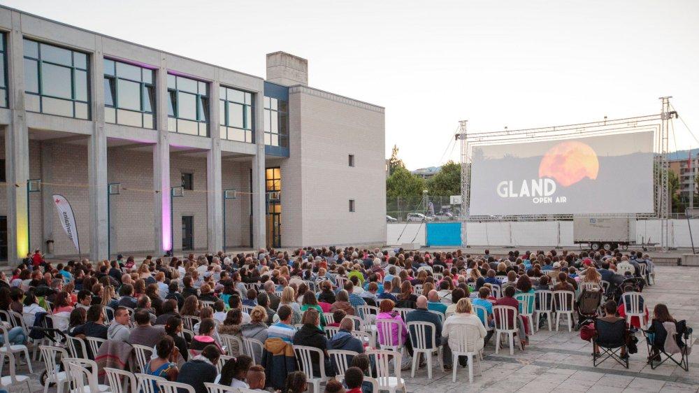 Le cinéma open air de Gland prend ses quartiers jusqu'à samedi dans la cour du collège de Grand-Champ. L'occasion de (re)découvrir des films et artistes de la scène régionale à un prix accessible.